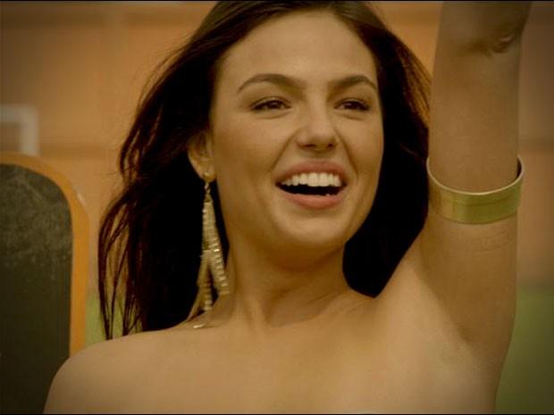 Suelen tira a roupa para chamar a atenção de Roni (Foto: Avenida Brasil/TV Globo)