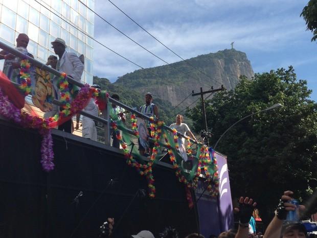 Carro de som do Suvaco com o Cristo Redentor ao fundo (Foto: Cristina Indio do Brasil/G1)
