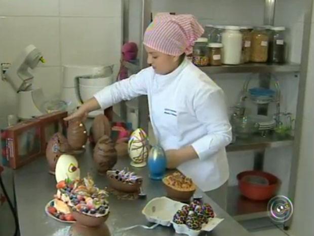 Empresária investe em ovos artesanais para lucrar durante o período de Páscoa (Foto: Reprodução/TV TEM)