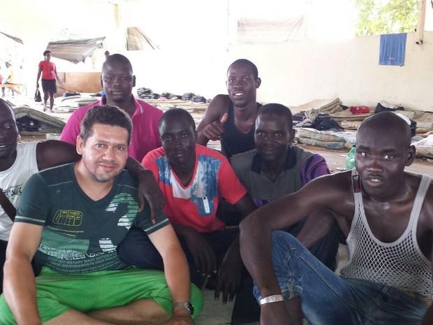 Seu Antônio e alguns imigrantes no abrigo de Brasiléia, no Acre (Foto: Antônio Gadelha/Arquivo pessoal)