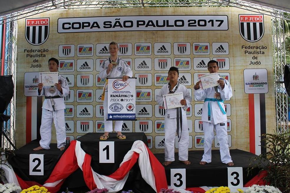 Atleta recebe medalha e sobe ao pódio na Copa São Paulo (Foto: Arquivo Pessoal André Moreira)