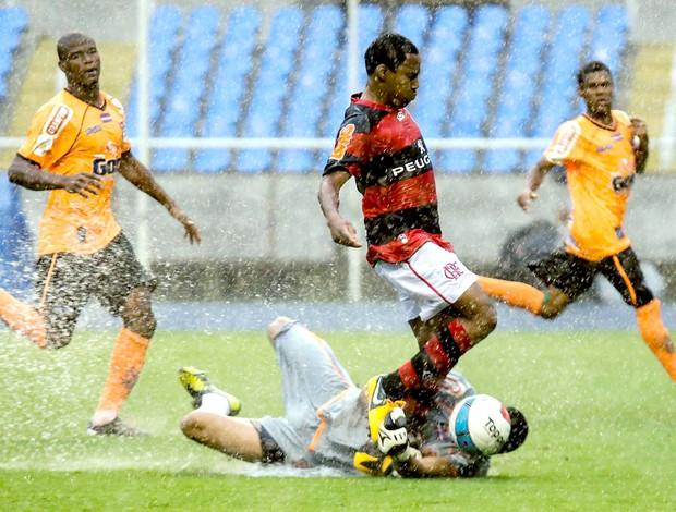 Elias na partida do Flamengo contra o Nova Iguaçu (Foto: Rudy Trindade / VIPCOMM)