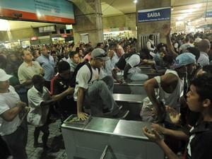 Manifestantes pulam roletas na Central do Brasil (Foto: Fabio Teixeira / Agencia O Globo)