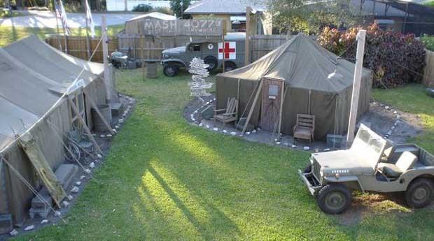 O quintal usa caminhões de exército para representar a série que foi ao ar de 1972 até 1983 (Foto: Reprodução)