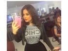 Geisy Arruda posa para selfie e exibe cintura fina: 'Não tirei a costela'
