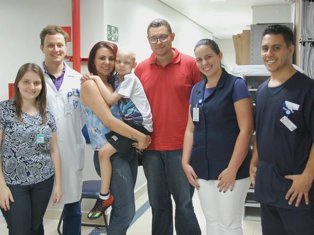 Equipe da radioterapia junto com David e sua família (Foto: Divulgação/ G1)