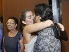 Deborah Secco dá beijão em Hugo Moura após conferir peça do marido
