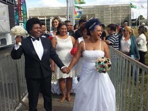 Casal do sexo feminino se prepara para entrar na cerimônia de casamento em frente ao Congresso Nacional, em Brasília (Foto: Isabella Formiga/G1)