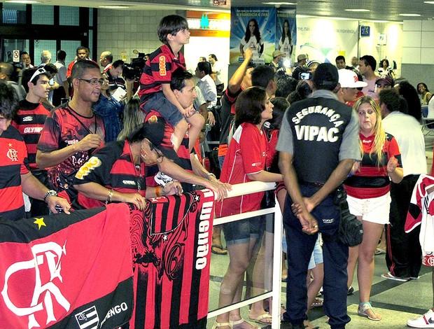torcida no desembarque do Flamengo na Bahia (Foto: Richard Souza / Globoesporte.com)