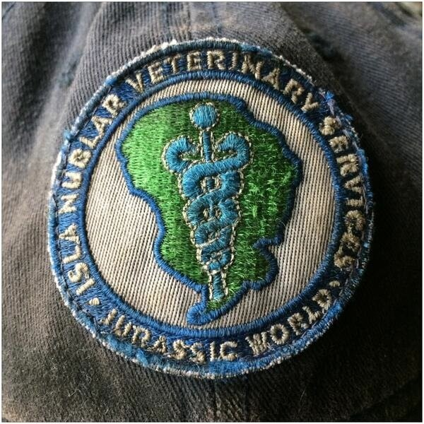 Imagem de bastidores de 'Jurassic World' mostra emblema dos veterinários de dinossauros