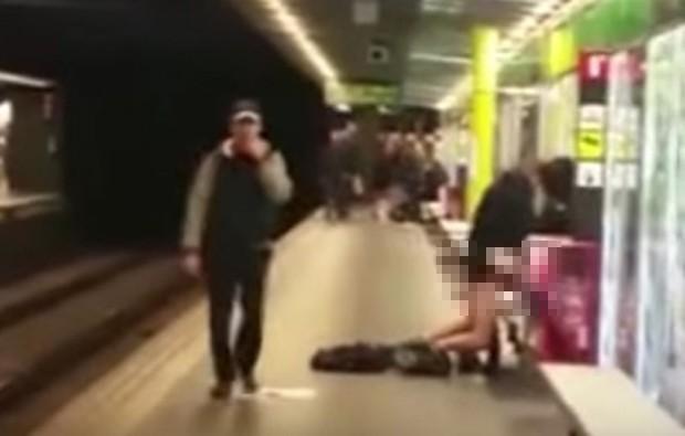 Casal não ligou nem para a presença de outros passageiros e fez sexo em estação de metrô de Barcelona (Foto: Reprodução/YouTube)