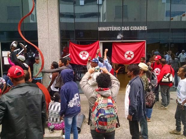 Integrantes da Frente Nacional de Luta durante invasão ao prédio do Ministério das Cidades (Foto: Jéssica Nascimento/G1)