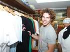 José Loreto faz compras no Rio