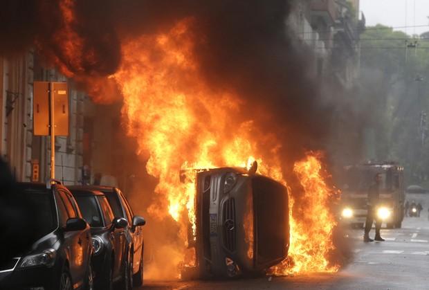 Carro queima em protesto contra a Expo 2015 em Milão, nesta sexta (1º) (Foto: Luca Bruno/AP)
