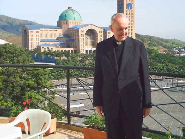 Papa Francisco em frente ao Santuário Nacional, em foto tirada em 2007, nos fundos do hotel onde ficou hospedado na cidade. (Foto: Reprodução/ Marge Hotel)