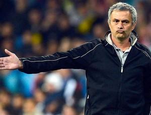 José Mourinho na partida do Real Madrid contra o APOEL (Foto: Reuters)