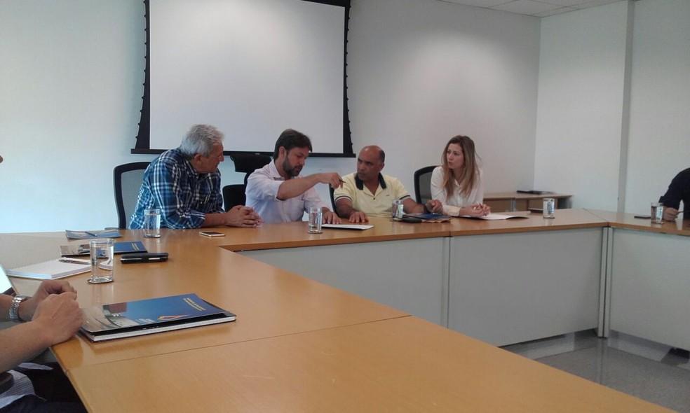 Deputados da mesa diretora da Câmara Legislativa do DF reunidos para discutir revogação do aumento nas tarifas de ônibus (Foto: Graziele Frederico/G1)