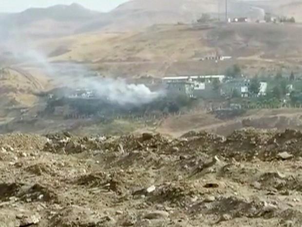 Fumaça é vista após explosão em delegacia em Sirnak, na Turquia, nesta sexta-feira (26) (Foto: Reuters)