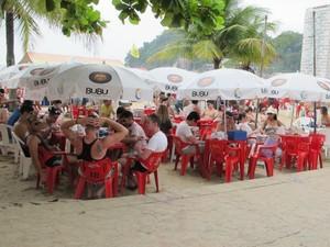 Quiosque na praia do Itararé tem movimento intenso no verão (Foto: Anna Gabriela Ribeiro/G1)