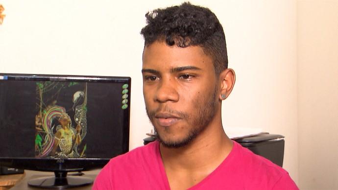 Artista visual Tauan Carmo se inspira em orixás para desenvolver trabalhos (Foto: TV Bahia)