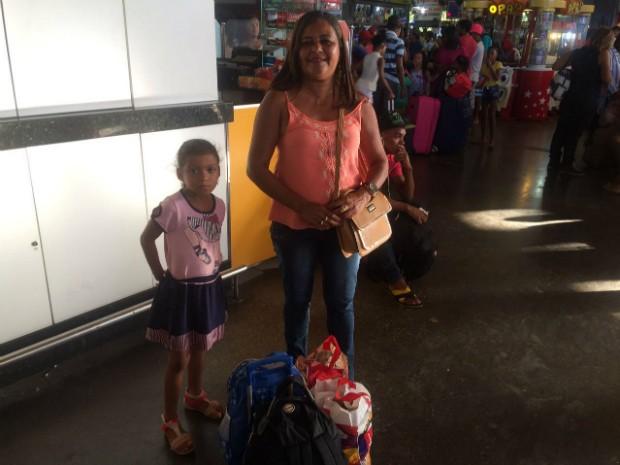 Dona de casa Bernadete Santos se precaveu e comprou passagens com antecedência (Foto: Alan Tiago Alves/G1 Bahia)