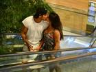 Jaque Khury e o marido trocam beijos em shopping do Rio
