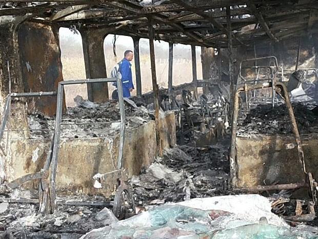 Além do ônibus, todas as bagagens também foram destruídas pelas chamas durante o incêndio na BR-304, em Mossoró (Foto: Erisberto Rêgo)