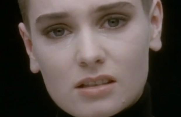 Sinéad O'Connor no clipe de 'Nothing compares 2 U' (Foto: Divulgação)