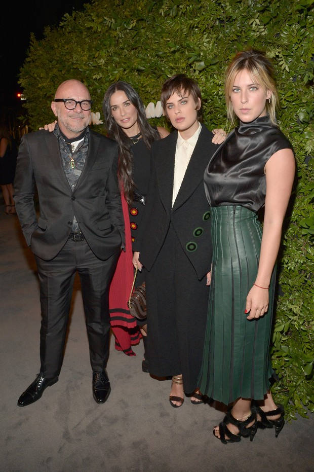 Estilista de flores Eric Buterbaugh e Demi Moore com as Tallulah Willis e Scout Willis em evento em Los Angeles, nos Estados Unidos (Foto: Jason Kempin/ Getty Images/ AFP)
