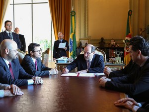 José Ivo Sartori sanciona o projeto que altera Lei Kiss de 2013 (Foto: Karine Viana/Palácio Piratini)
