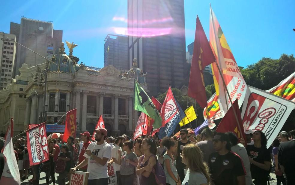 Centrais sindicais organizaram protesto na Cinelândia neste Dia do Trabalhador (Foto: Carlos Brito/G1)