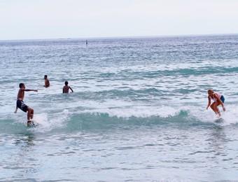 Crianças surfistas em Maresias (Foto: Danilo Sardinha/GloboEsporte.com)