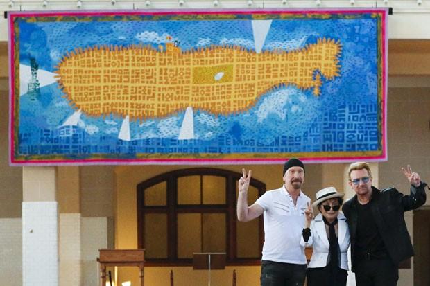 The Edge (de gorro), Bono e Yoko Ono apresentam, nesta quarta-feira (29), painel em homenagem a John Lennon em Nova York (Foto: Eduardo Munoz/Reuters)