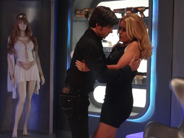 Enquanto conversam, acaba rolando um climinha entre os dois (Foto: Geração Brasil/TV Globo)