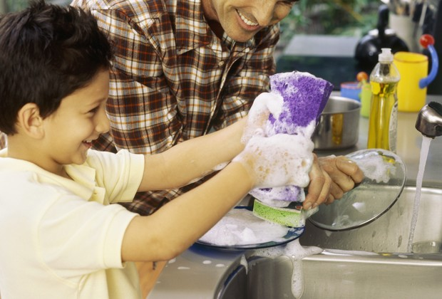 Pai e filho lavam louça juntos (Foto: Thinkstock)