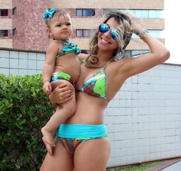 Karla, ex-bbb, e a filha Carolina com mesma estampa em biquíni (Foto: Instagram / Reprodução)
