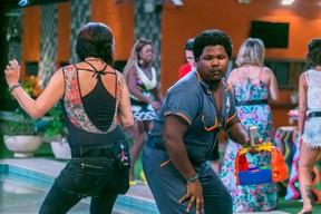 Ronan dançando com Harumi em uma das festas do BBB 16 (Foto: Globo/Paulo Belote)