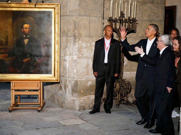 Obama vê retrato do ex-presidente americano Abraham Lincoln em visita ao centro histórico de Havana (Foto: Jonathan Ernst/Reuters)