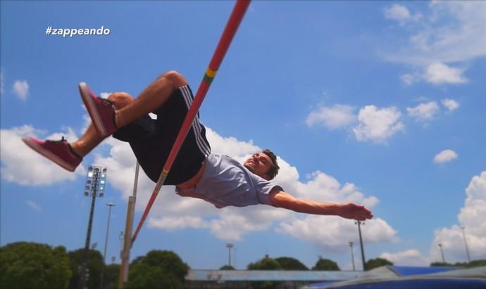 Apresentador Moacyr Massulo encara salto em altura (Foto: Rede Amazônica)