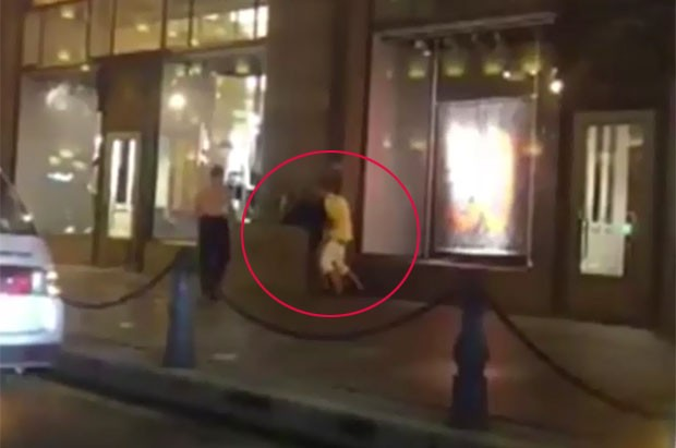 Casal foi flagrado fazendo sexo em frente a uma loja em São Petersburgo. (Foto: Reprodução)