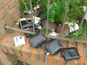 Carteiras foram encontradas jogadas no chão em Blumenau (Foto: Paulo Ricardo Filippus/Divulgação)