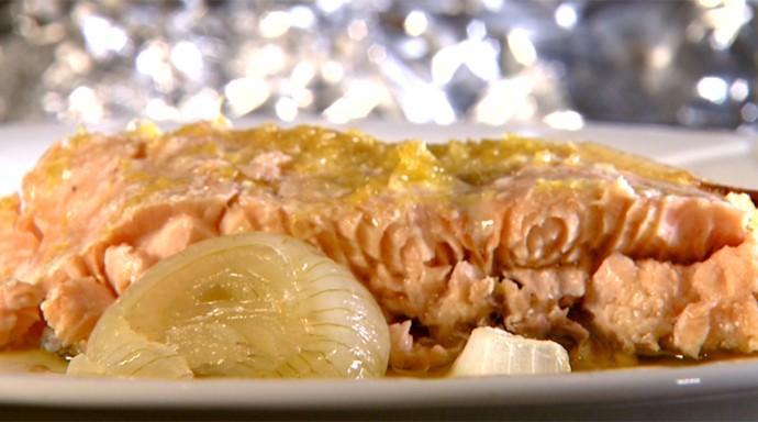 Salmão feito no cartucho mantém textura úmida e saborosa (Foto: Reprodução / EPTV)