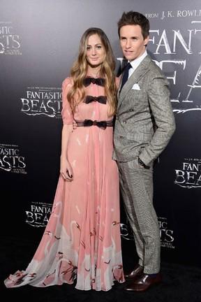 Hannah Bagshawe e Eddie Redmayne em première de filme em Nova York, nos Estados Unidos (Foto: Jamie McCarthy/ Getty Images/ AFP)