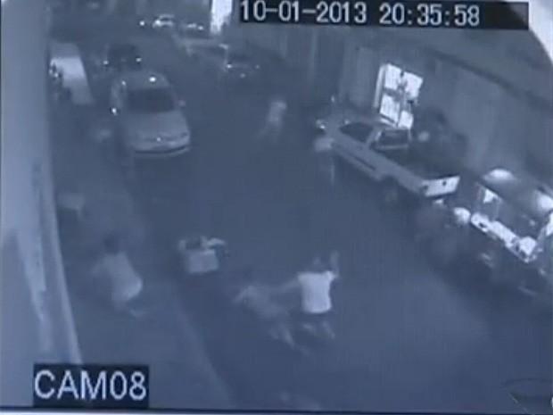 Câmera registra mulher sendo atingida por bala perdida (Foto: Reprodução/TV Gazeta)