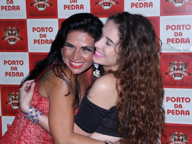 Solange Gomes com a filha, Stephanie Gomes, em ensaio na quadra da Porto da Pedra, em São Gonçalo, no Rio de Janeiro (Foto: Rodrigo dos Anjos/ Ag. News)