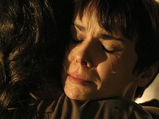 Nina e Carminha superam as diferenças e se perdoam (Foto: Avenida Brasil/TV Globo)