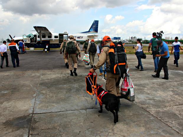 Equipes embarcaram nesta segunda à área onde aeronave sumiu (Foto: Diego Toledano/G1 AM)