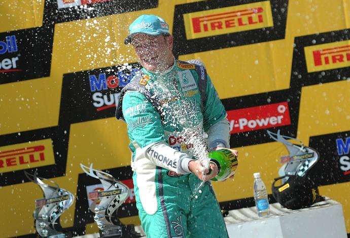 Rubens Barrichello faz festa no pódio da corrida 1 de Cascavel (Foto: Duda Bairros)