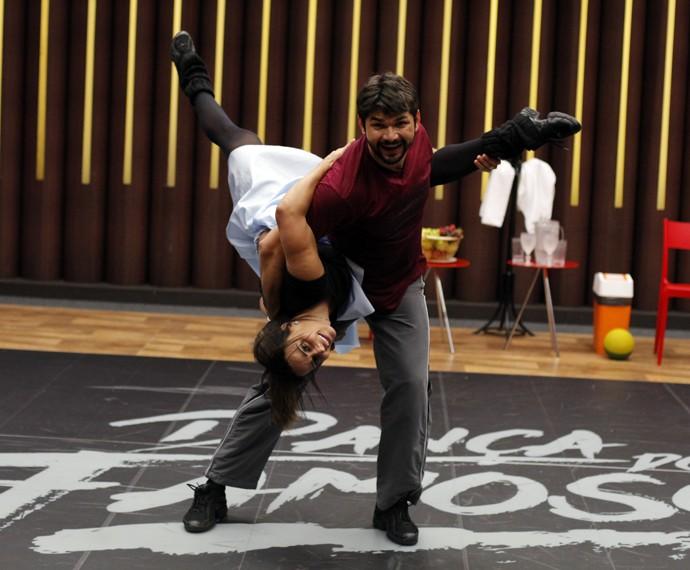 Viviane Araújo fica de cabeça para baixo no ensaio! (Foto: Artur Meninea / Gshow)