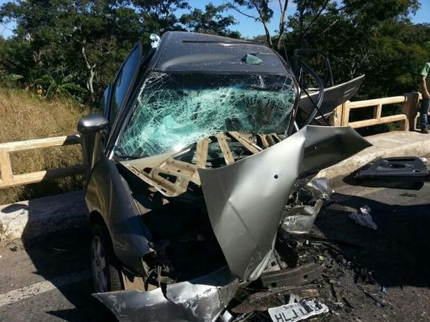 Carro parou na barreira de contenção de uma ponte da BR-040, em Goiás (Foto: Reprodução/ Polícia Rodoviária Federal)